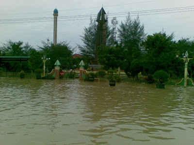 Banjir menggenangi monumen