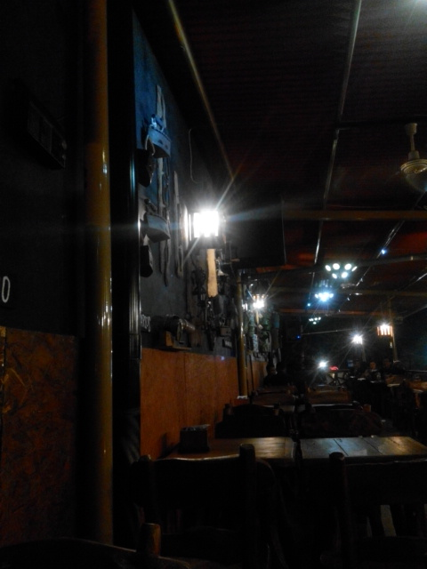 Barang-barang kuno di dinding Cafe
